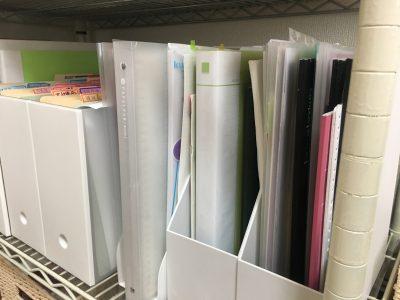 書類の収納は、ファイルボックスを使って棚に収納しています。