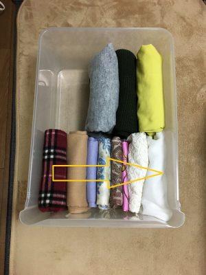 衣装ケースに洋服を収納する